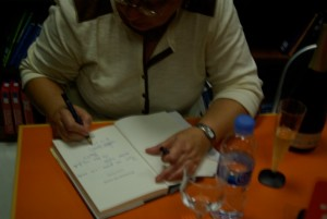 Firmando  Promesas de arena en librería Luque