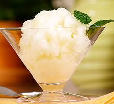 Se sirve entre plato y plato para facilitar la digestión y limpiar el paladar.