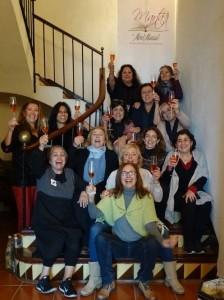 Foto de familia. Escritoras reunidas brindando con Mont Marçal.
