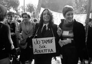 Montserrat Roig, con compañeras escritoras, en las primeras manifestaciones feministas.
